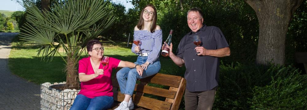 Weingut Borntaler Hof - Winzerfamilie Lang im Hof des Weinguts